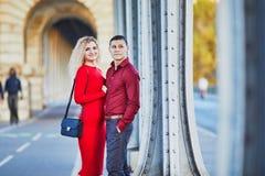 Couples romantiques marchant sur le pont BIR-Hakeim ? Paris, France photo libre de droits