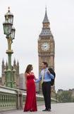 Couples romantiques par grand Ben, Londres, Angleterre Image libre de droits