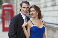 Couples romantiques par la cabine téléphonique, Londres, Angleterre Photo stock