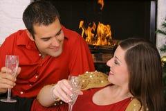 Couples romantiques par la cheminée Photos libres de droits