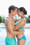 Couples romantiques par la piscine un jour ensoleillé Image libre de droits