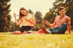 Couples romantiques passant le temps ensemble Photos libres de droits