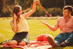 Couples romantiques passant le temps ensemble Photo stock