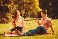 Couples romantiques passant le temps ensemble Images stock