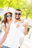 Couples romantiques prenant le selfie en parc Photographie stock libre de droits