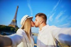 Couples romantiques prenant le selfie pr?s de Tour Eiffel image libre de droits