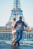 Couples romantiques près de Tour Eiffel à Paris, France Photos stock