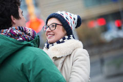 Couples romantiques regardant l'un l'autre dans la ville pendant l'hiver Images libres de droits