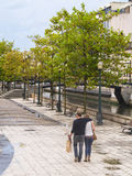 Couples romantiques s'étreignant et marchant sur les rues d'Aveiro Photo stock