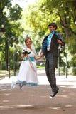 Couples romantiques sautant et souriant sur le parc de fond Images libres de droits