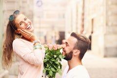 Couples romantiques se fiançant dans la ville Image libre de droits