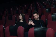 Couples romantiques se reposant dans la salle de cinéma Photos libres de droits