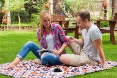 Couples romantiques se reposant sur une couverture Photographie stock