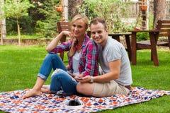 Couples romantiques se reposant sur une couverture Photos libres de droits