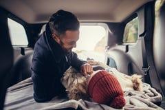 Couples romantiques se situant dans le tronc de voiture Photographie stock