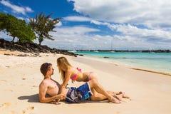 Couples romantiques se trouvant à la plage Images libres de droits