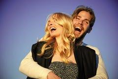 Couples romantiques se trouvant sur le lit Amour et romance Photo stock