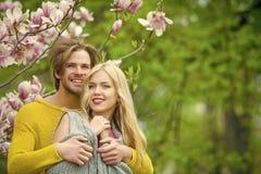 Couples romantiques se trouvant sur le lit couples de datation dans l'amour de la fille et de l'homme de sourire Photo libre de droits