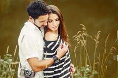 Couples romantiques sensuels dans l'amour au lac dans le jour d'été, beaut Images libres de droits