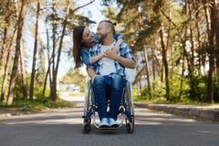Couples romantiques souriant entre eux Photos stock