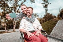 Couples romantiques souriant et prenant les selfies mignons photo libre de droits