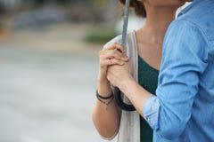 Couples romantiques sous le parapluie images libres de droits