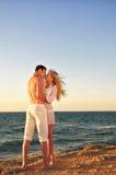 Couples romantiques sur la plage Photographie stock libre de droits