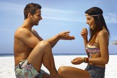 Couples romantiques sur la plage Image stock