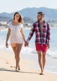 Couples romantiques sur la plage au jour ensoleillé Photo stock