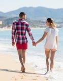 Couples romantiques sur la plage au jour ensoleillé Photos stock