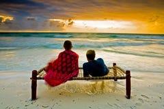 Couples romantiques sur la plage tropicale Images libres de droits