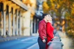 Couples romantiques sur le pont BIR-Hakeim ? Paris, France image stock