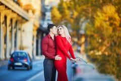 Couples romantiques sur le pont BIR-Hakeim ? Paris, France image libre de droits