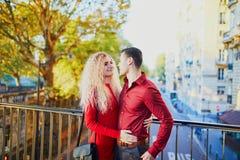 Couples romantiques sur le pont BIR-Hakeim ? Paris, France photos stock