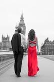 Couples romantiques sur le pont de Westminster par Big Ben, Londres, Englan Photographie stock