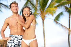 Couples romantiques sur le voyage heureux de plage Photos stock