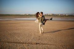 Couples romantiques sur un fond naturel Ami tenant l'amie dans des mains Concept Romance Copiez l'espace Photographie stock libre de droits