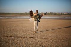 Couples romantiques sur un fond naturel Ami tenant l'amie dans des mains Concept Romance Copiez l'espace Photos stock