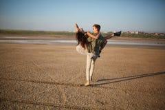 Couples romantiques sur un fond naturel Ami tenant l'amie dans des mains Concept Romance Copiez l'espace Images stock