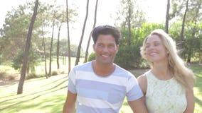 Couples romantiques tenant des mains As banque de vidéos