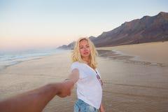 Couples romantiques tenant des mains sur la plage Photographie stock libre de droits