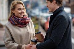 Couples romantiques tenant le café et souriant entre eux Images libres de droits