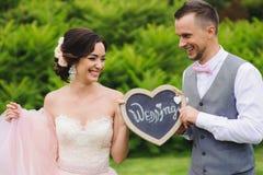 Couples romantiques tenant le coeur Photo libre de droits