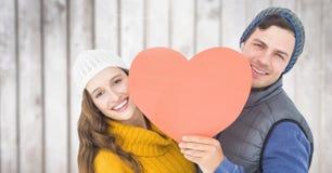 Couples romantiques tenant le coeur sur le fond en bois Photographie stock
