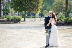 Couples romantiques tendres dans le jour du mariage à Naples, Italie Photo stock