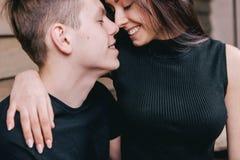 Couples romantiques tendres souriant et étreignant Photos libres de droits