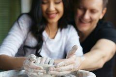 Couples romantiques travaillant à la roue de potier Image libre de droits
