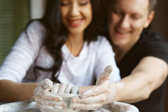 Couples romantiques travaillant à la roue de potier Images libres de droits