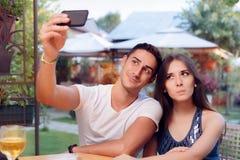 Couples romantiques une date au restaurant prenant un Selfie Photos libres de droits