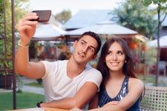 Couples romantiques une date au restaurant prenant un Selfie photo libre de droits